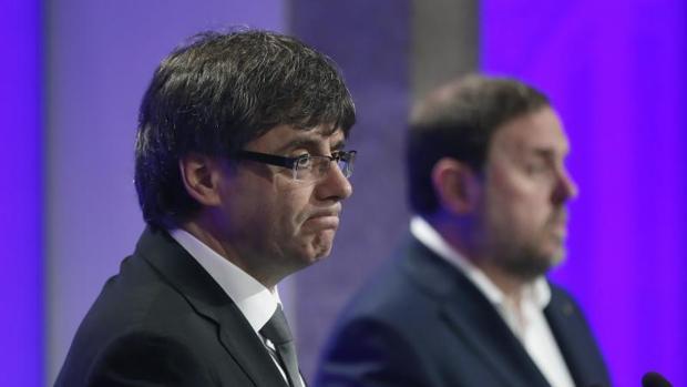 El presidente de la Generalitat, Carles Puigdemont, junto al vicepresidente económico, Junqueras
