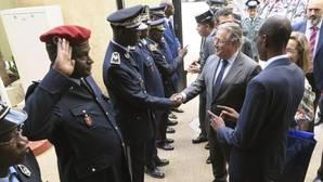 Zoido saluda a representantes de las Fuerzas de Seguridad de Senegal