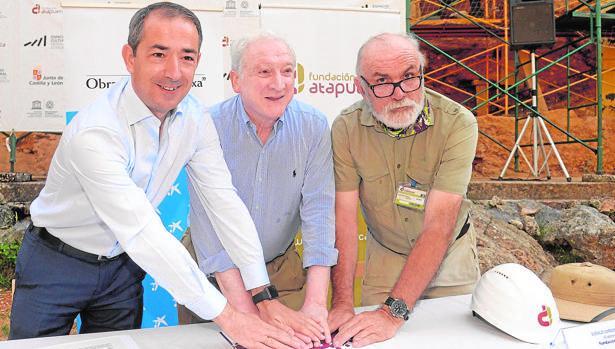 José Manuel Bilbao, Antonio Méndez y Eudald Carbonell, al renovar el convenio