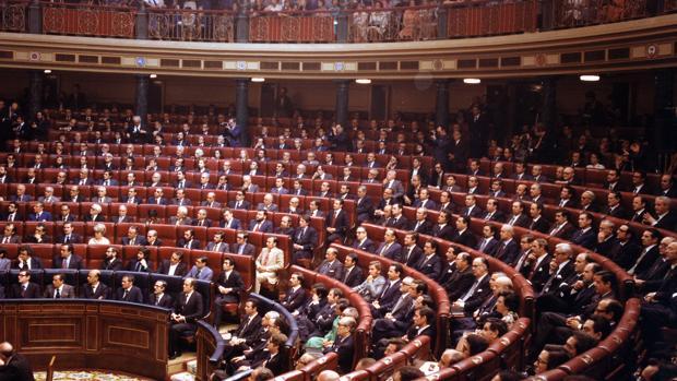 Apertura Solemne de la Legislatura Constituyente el 22 de julio de 1977. El de blanco es el diputado Juan de Dios Ramírez Heredia, que se vistió muy elegante, pero no de traje oscuro