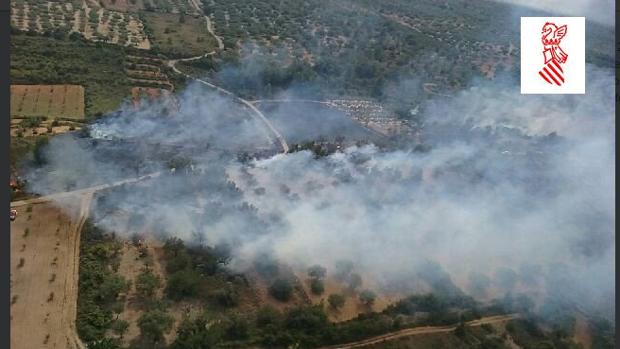 Humareda provocada por el incendio en Sant Mateu, este sábao
