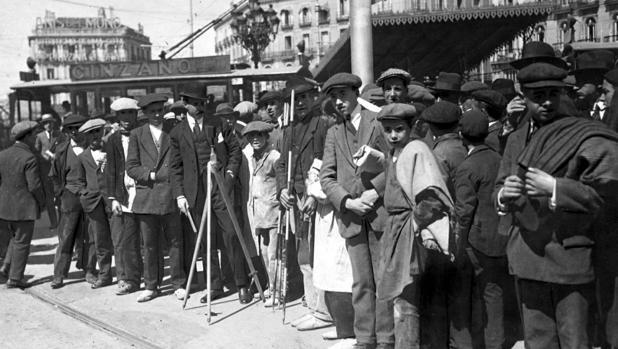 23 de abril de 1917. ABC se hizo eco del inicio de las obras de Metro. El acto –en la imagen superior– consistió en vallar la zona de Sol a excavar. No fue más que un hecho simbólico. Los trabajos arrancaron el 17 de julio de 1917