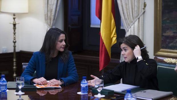 Sáenz de Santamaría e Inés Arrimadas durante una reunión en el Congreso de los Diputados