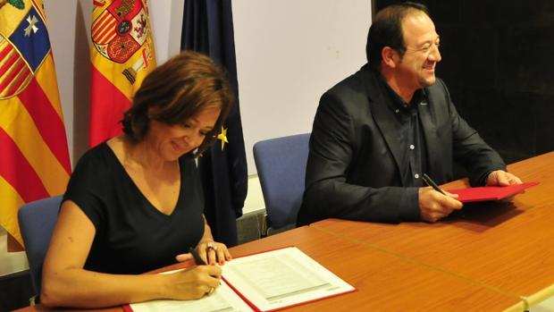 La consejera aragonesa de Educación, Mayte Pérez, y el presidente de la DPT, Ramón Millán, durante la firma del convenio
