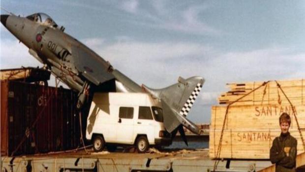 El Harrier en el carguero Alraigo y el piloto británico en el puerto de Tenerife