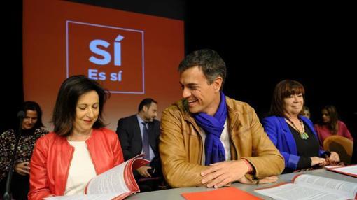Margarta Robles junto a Pedro Sánchez durante la campaña para las primarias