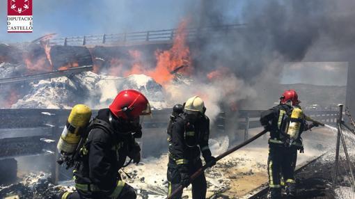 Las dotaciones de Bomberos en las tareas de extinción del fuego tras el accidente producido en Nules