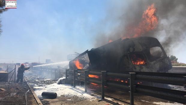 Resultado de imagen de Muere una persona tras incendiarse dos camiones en la A-7 en Nules