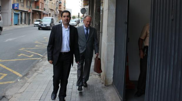 El alcalde de Alcoy, Toni Francés, junto a un asesor jurídico