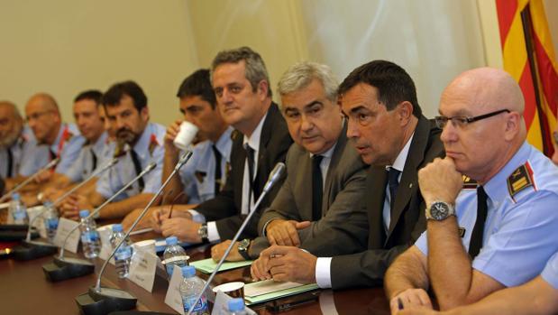 El conseller de Interior, Joaquim Forn, (4d) y el director de los Mossos d'Esquadra, Pere Soler (2d), junto a mandos de los Mossos d´Esquadra
