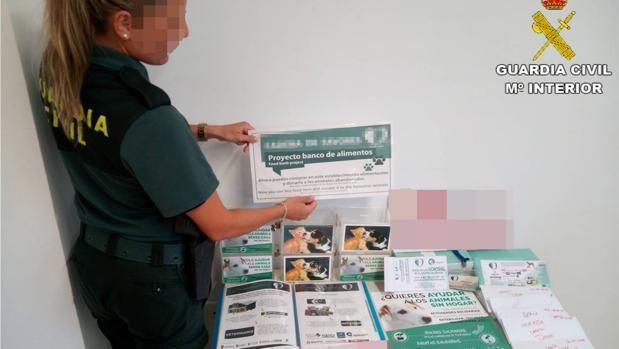 Imagen de las huchas que los detenidos empleaban para recaudar los donativos