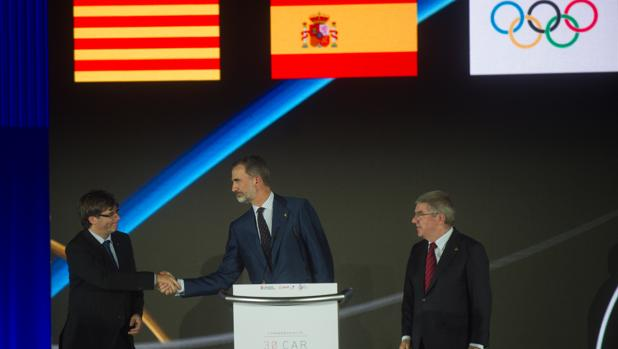 El Rey saluda al presidente Puigdemont durante la ceremonia de homenaje a Barcelona 92