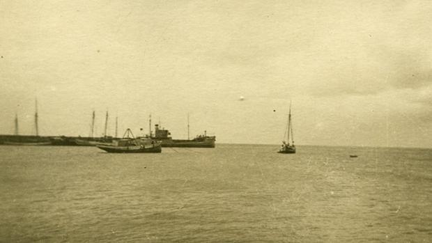 Un buque aljibe de la Armada Española en el Muelle Grande de Arrecife de Lanzarote entre 1941 y 1950