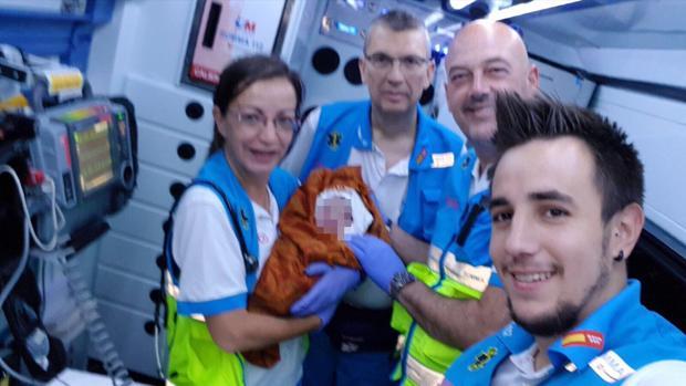 Trabajadores del SUMMA posan con el recién nacido