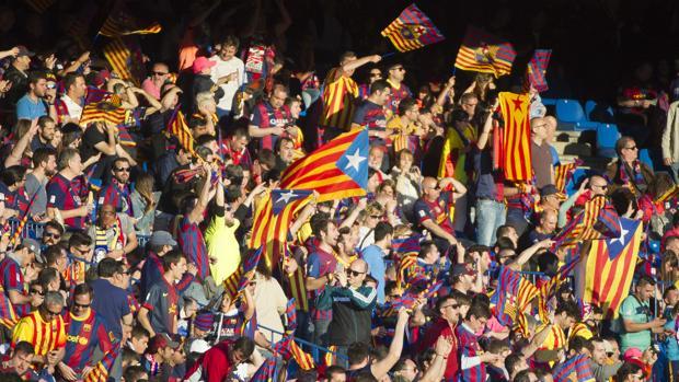Esteladas durante la final de la Copa del Rey del futbol entre el Sevilla CF y el FC Barcelona