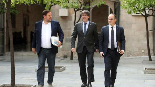 De izquierda a derecha: Junqueras, Puigdemont y Turull, antes de la reunión semanal de hoy