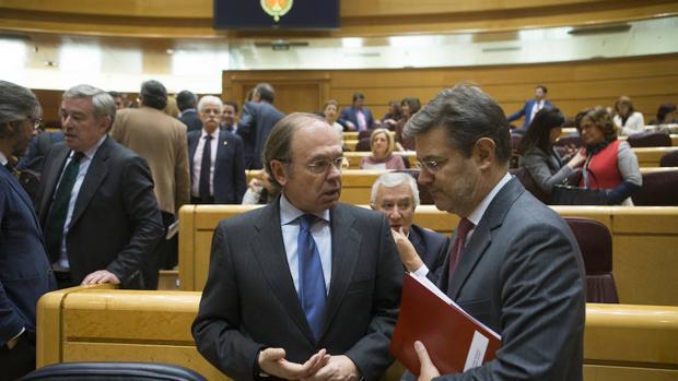 Pío García-Escudero, presidente del Senado, junto al ministro de Justicia Rafael Catalá en la Cámara Alta