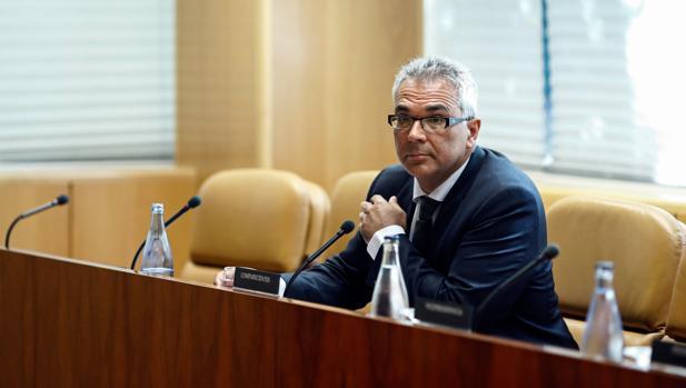 El consejero Carlos Izquierdo, durante su comparecencia para aclarar la muerte de una anciana en una residencia de Arganda