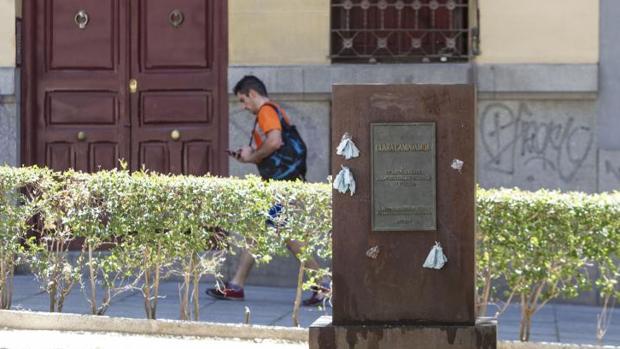 ddfcfc043 Madrid El pedestal del homenaje a Clara Campoamor