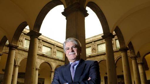 Dastis posa en el interior del Ministerio de Asuntos Exteriores para ABC
