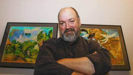 Dave Mckean frente a su exposición en La Coruña