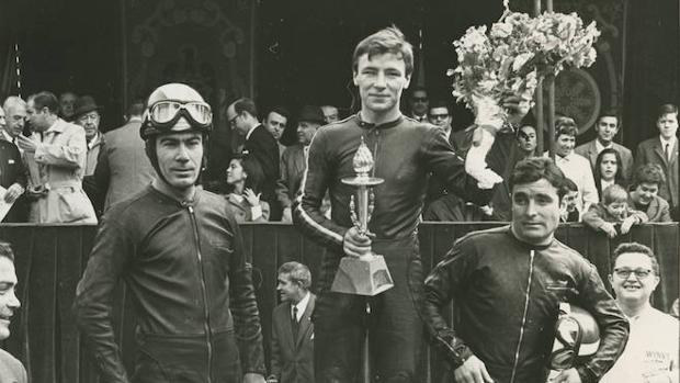 Ángel Nieto, en el podium de la carrera de 125 cc celebrada en el parque del Retiro en 1969