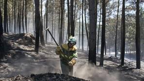 Un brigadista trabaja en la extinción del incendio de Vilamaior