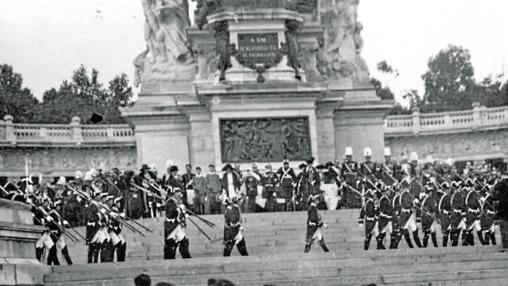 Desfile militar en la inauguración del monumento