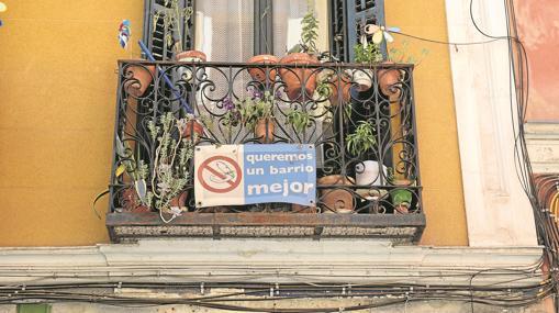 Cartel de protesta en un balcón contra la suciedad del barrio