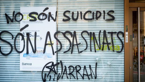 La fachada de una sucursal bancaria de Bankia, atacada por radicales en Barcelona