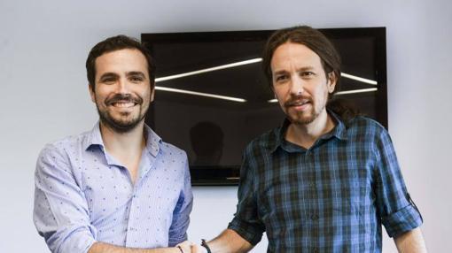Iglesias y Garzón se saludan en una reunión en la sede de Podemos