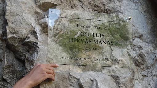 La placa homenaje en Lumbier a víctimas de ETA