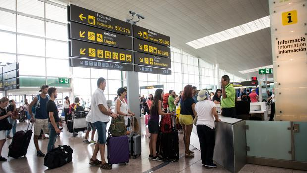 Varias personas haciendo fila en la cola de embarque de un aeropuerto