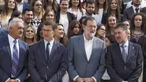 El presidente del Gobierno, Mariano Rajoy, junto al presidente gallego, Alberto Núñez Feijoo, en su visita a Chantada
