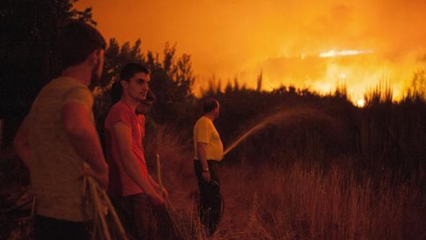 Vecinos de Vilardevós colaboran en la extinción