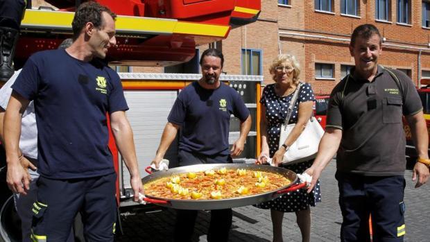 La alcaldesa de Madrid, Manuela Carmena, junto a varios bomberos del Ayuntamiento en el parque de Santa María de la Cabeza