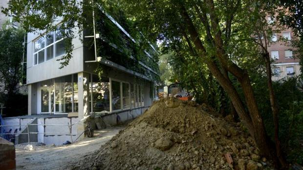 El centro de mayores de la Calle del Pez Austral, en el barrio de la Estrella, aún en obras