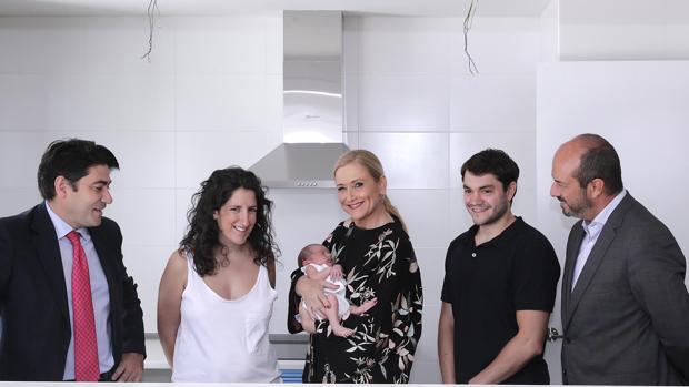 Cifuentes, junto a una pareja y su bebé, que acaban de recibir las llaves de su vivienda. Izq., el alcalde de Alcorcón, David Pérez; dcha., el consejero Pedro Rollán
