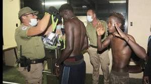 Varios inmigrantes siendo atendidos en el asalto masivo de hace unos días en Ceuta