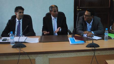 Directivos de Kosmos Energy en una reunión con ONG al norte de Mauritania