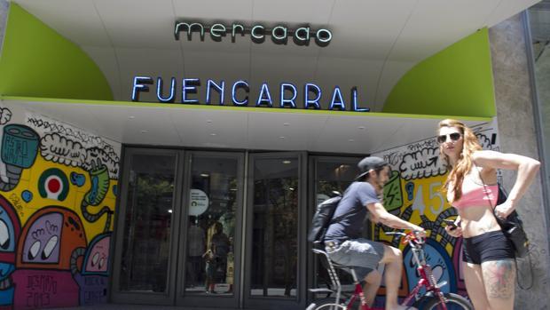 Entrada principal al Mercado de Fuencarral, en la calle homónima