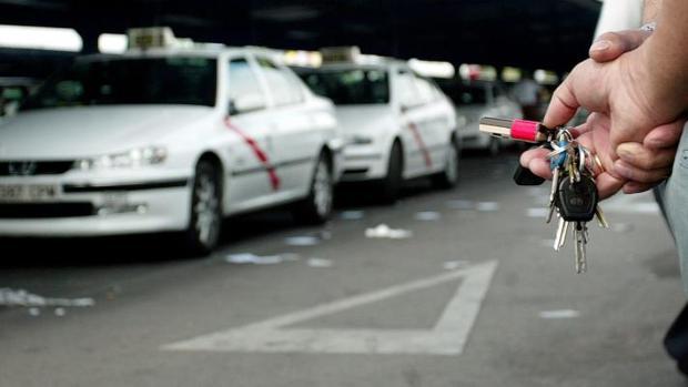 Una fila de taxis en una estación de Madrid