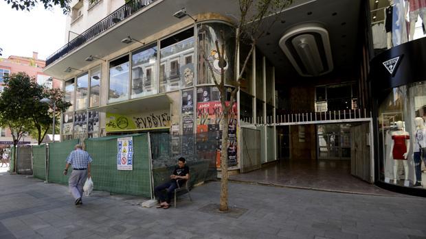 Entrada al Mercado de Fuencarral, cercado por una valla de obra