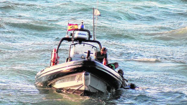 Los buzos rescatan el cuerpo de un inmigrante que falleció ahogado en el Estrecho