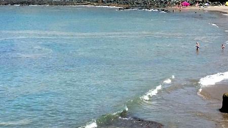 Bañistas con microalgas en la costa en Tenerife