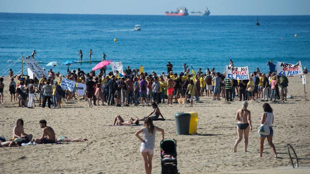 """Residentes del barrio de La Barceloneta se reúnen en la playa para protestar contra el """"turismo borracho"""" en su vecindario de Barcelona"""