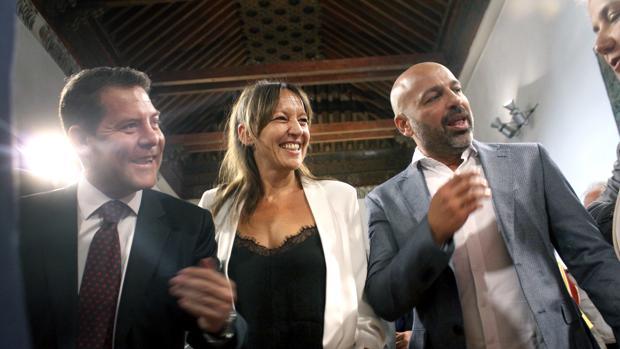 El jefe del Ejecutivo regional, Emiliano García-Page junto a los nuevos consejeros de Podemos