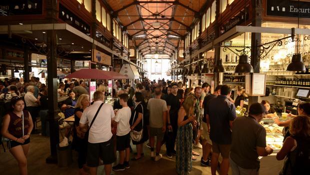 Cientos de visitantes en el interior del Mercado de San Miguel