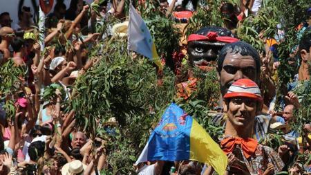 La bandera de Cubillo, de estrellas verdes, y la oficial de Canarias en Agaete