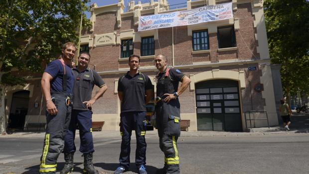 Cuatro bomberos posan para ABC, frente al Parque 3, en el distrito de Centro